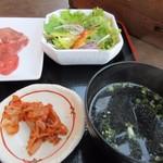 海王 - お肉の横手にはご飯と一緒にサラダとわかめスープ、キムチと言った焼肉の定番が並んでたので肉が焼けるまで先ずはサラダをいただいて見ました。