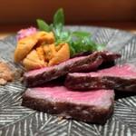 炭Kappo hirac - 黒毛和牛イチボ肉の雲丹のせ