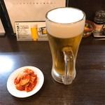 76598141 - 餃子Aセットの生ビールと一品のキムチ