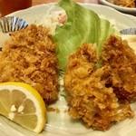 うえ田 - ヒレカツ(左)1個と牡蠣フライ(右)2個