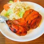 マハマハ - セットのタンドリーチキン&サラダ。チキン大きい。