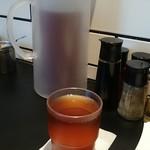 横浜らーめん 源泉 - 烏龍茶が自由にのめるのがうれしい
