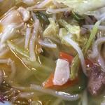 千福食堂 - 「タンメン」接写。野菜炒めの具材は、キャベツ、人参、韮、もやし、豚肉が程良く炒められ載せられている。
