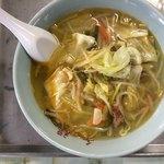千福食堂 - 「タンメン」上から。鶏ガラベースの出汁と香味野菜で整えられたスープに、野菜炒めをトッピングしている。