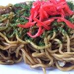 千福食堂 - 「並焼そば」接写。具材は豚肉とキャベツで、量は少なめ、ほぼ麺が主体となっている「焼そば」である。紅生姜と青のりはふんだんにかけられている。