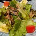 もつ福 - かつお節とレタスのサラダ