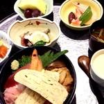 京寿し - ちらし御膳 メインのちらし寿司の他に小鉢3皿、茶碗蒸し、赤出汁、デザートのフルーツ。