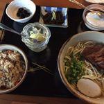 76611948 - セットメニュー(三枚肉そば(中)、日替わり小鉢2品、季節のジューシー、手作りじーまみー豆腐)