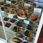 大平食堂 - 店内のショーケースに並べられた各種料理です。