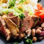 森の中のお肉レストラン アースガーデン - 六白黒豚の低温調理の炙り焼き