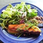アメニテ ギンザ - ノルウェーサーモンのレアソテー、穀物サラダとアンチョビソース