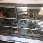 藤の家食堂 - 店に入ってすぐ目の前のショーケース       下の冷蔵ケースには、おかずが並んでいます