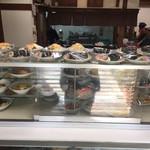 藤の家食堂 - 店に入ってすぐ目の前のショーケース       上に巻き寿司やチラシ寿司が並んでいます