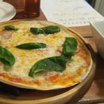 Gatti - トマトとモッツァレラチーズとバジルのピザ