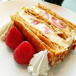 76619455 - 銀座 マキシム・ド・パリの復活メニュー 苺ミルフィーユ 香ばしいナッツの香り