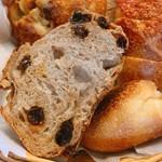 レイクベイク - 熟成パン @550円 断面。この中のモチモチ感はまるで高級食パンのよう。