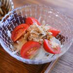 おうちごはん 野の - 玉ねぎのサラダ。納豆とポン酢が絶妙な相性です。