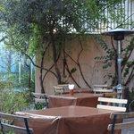 カフェ ラ・ボエム - お客様を待つテラスのテ―ブル