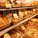 レイクベイク - パンは1日に40〜50種類ほど並ぶのだそう。