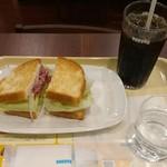 ドトールコーヒーショップ - 「ビーフパストラミとチェダーチーズ」のサンドイッチと、ちょっと飲んだアイスコーヒー