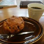 サクセション - ピーナツバターとチョコチップのマフィン、ホットコーヒー
