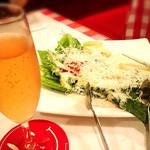 チーズカフェ 2 - スパークリングワインとサラダ