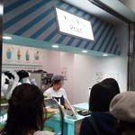生クリーム専門店 Milk 新宿店 - 店頭はプチ行列で、男女の店員がせっせと作業しています