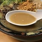 76645302 - とんこつをベースに鶏ガラ、鰹節など旨味の詰まった濃厚なスープ!→但し、ぬるいのが残念…。