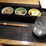 Gorohachi - お通し3品とお勧め焼酎の萬緑