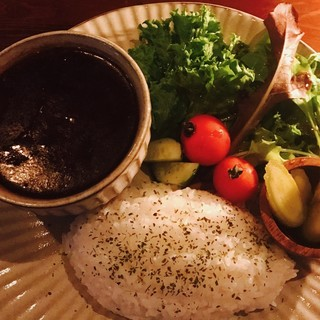 お夜食や〆の一品として人気の三種のオリジナルカレー