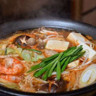 期間限定コラーゲンたっぷりプリプリもつ鍋.ピリ辛チゲ味噌鶏鍋