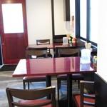 神戸製麺 - 内観:テーブル席