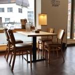 すみれ - テーブル席、カウンター席ございます明るい店内です。
