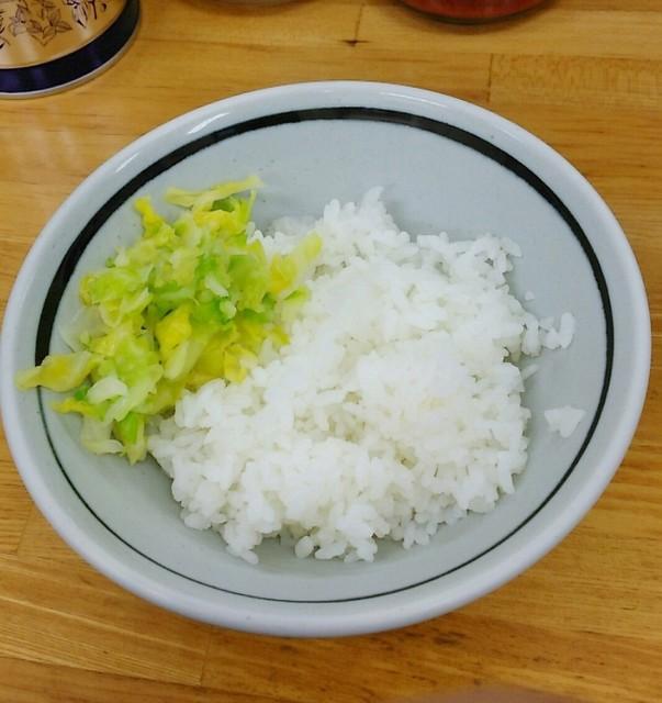 吉田家 - 小ライス150円。キャベツが乗ってます。