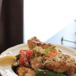 ラ コッペ - お皿からはみ出んばかりの「サラダランチ」