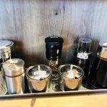 らーめん 小鉄 - 醤油ラーメンには山椒とニンニクと辛味噌を使います!!塩ラーメンは山椒とニンニクを!!