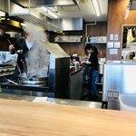 らーめん 小鉄 - 厨房は大忙し。今日のスタッフは女性三人と男性一人