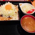 飲食笑商何屋ねこ膳 - 味噌かつ親子丼(730円)