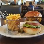 BOSSA BURGER - ハンバーガーを頼めばポテトとピクルスは自動的に付いてきます