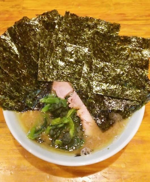 洞くつ家 - ラーメン700円麺硬め。海苔増し100円。