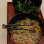 京藤 - テーブルに置いてあるきゅうりの漬け物と切り干し大根の煮物