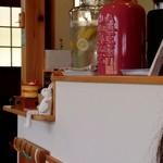カフェナナラ - レモン水のビン、陶器のビンの中から蒸気が?!加湿器