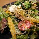 ジャパネスク コハク - 彩り鮮やかなお野菜の上に、ポーチドエッグとこんもり盛られた揚げ春雨!