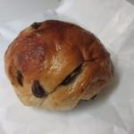久留米のパンやさん トリコ - レーズンパン80円。  生地にレーズンをぎっしり練りこんだ可愛らしいパンです。