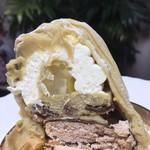 76682750 - 愛媛産の和栗にカスタードクリームを混ぜたペースト。                       生C、真ん中に渋皮煮、栗入りの焼き菓子、チョコでコーティングされたメレンゲ。
