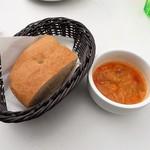 76683445 - 前菜のスープとパン
