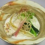 三代目晴レル屋 - 期間限定麺【真鯛アラ炊き 鯛白湯soba】大量の真鯛のアラを一度炙り旨味を凝縮させ、強火で白濁するまで しっかり炊き上げ、余す所なく鯛の旨味を抽出しました。 鯛の旨味をより感じで頂きやすくするため、塩ダレを合わせております。 白髪葱、小松菜、若竹等の乗せものも合わせてお楽しみ下さい。 真鯛の仕入れの状況次第ですが、昼・夜各10食程のご提供となります。