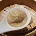 石川 - 丸いレンゲに小籠包を乗せて、中のスープを飲んでから針生姜や黒酢などを好みで入れて食べるそうな