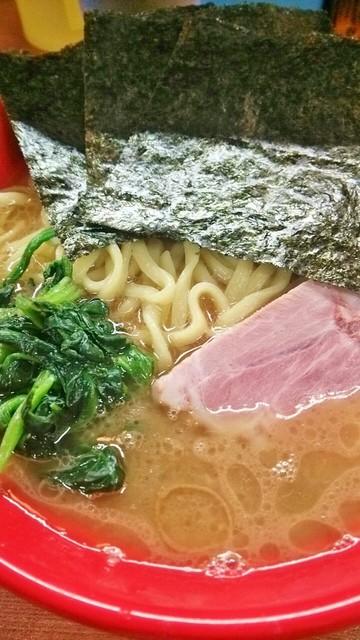 武蔵家 - コクのあるスープ。大橋多摩の麺は白っぽい。