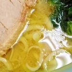 76694312 - 鶏油タップリのスープ。